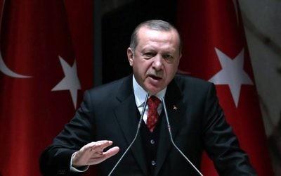 Le président turc Recep Tayyip Erdogan prend la parole lors de la réunion des chefs provinciaux du Parti de la justice et du développement (AK) à Ankara, le 17 novembre 2017. (Crédit : AFP / ADEM ALTAN)