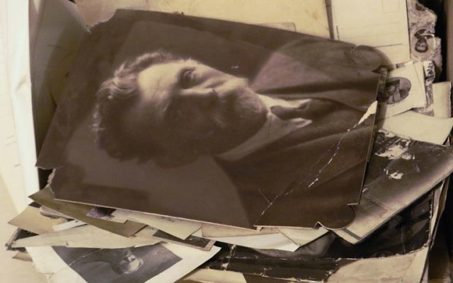 Des photographies retrouvées dans une collection de documents juifs retrouvés dans une église de VIlnius, Lituanie, et qui ont été transférés au Centre de recherche Judaica de la bibliothèque nationale lituanienne de Vilnius, le 3 novembre 2017 (Crédit : AFP / Petras Malukas)