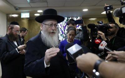 Le vice-ministre de la Santé Yaakov Litzman, qui est également dirigeant du parti ultra-orthodoxe YaHadout HaTorah, parle aux journalistes après avoir donné sa démission au Premier ministre  Benjamin Netanyahu  à Jérusalem, le 26 novembre 2017 (Crédit : AFP/GALI TIBBON)