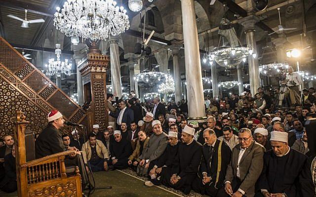 Foule de fidèles dans une mosquée une semaine après un massacre perpétré dedans, le 1er décembre 2017 (Crédit : AFP/KHALED DESOUKI))
