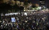 Plusieurs dizaines de milliers de manifestants se sont rassemblées samedi soir dans le centre de Tel Aviv pour protester contre ce qu'ils dénoncent comme la corruption du gouvernement, le 2 décembre 2017 (Crédit : AFP/Oren Ziv)