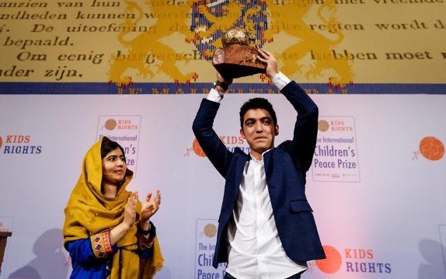 Mohamad Al Jounde, un syrien de 16 ans, a reçu le  Prix international de la Paix des Enfants, des mains de la militante pakistanaise et prix Nobel de la Paix, Malala Yousafzai, le 4 décembre 2017, à La Haye. (Crédit : Robin van Lonkhuijsen / ANP / AFP)