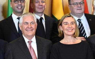 Le secrétaire d'Etat américain Rex Tillerson, à gauche, et la responsable de la politique étrangère de l'UE, à droite, posent pour une photo de groupe avec les ministres des Affaires étrangères de l'UE au Conseil de l'Union européenne de Bruxelles, le 5 décembre 2017 (Crédit :  AFP PHOTO / POOL / Emmanuel DUNAND)
