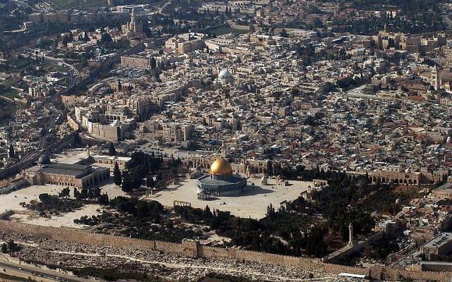 Une vue aérienne de la Vieille Ville de Jérusalem prise le 11 janvier 2010. (Crédit : AFP Photo/AFP Files/Marina Passos)