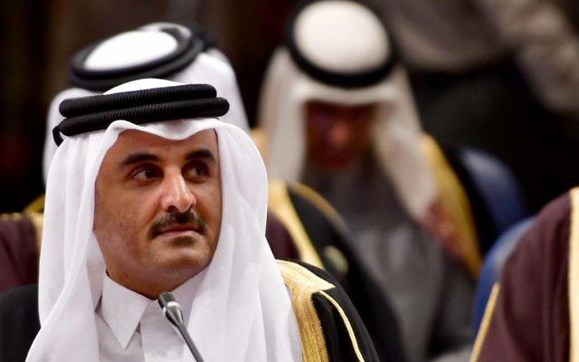 L'émir du cheikh Tamim bin Hamad Al-Thani, du Qatar, qui assiste au sommet du Conseil de coopération du Golfe (CCG) au palais Bayan au Koweït, le 5 décembre 2017 (Crédit : Giuseppe CACACE / AFP)