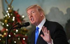 Le président américain Donald Trump livre une déclaration sur Jérusalem depuis la salle de réception diplomatique à la Maison Blanche de Washington, le 6 décembre 2017 (Crédit : Saul Loeb/AFP)