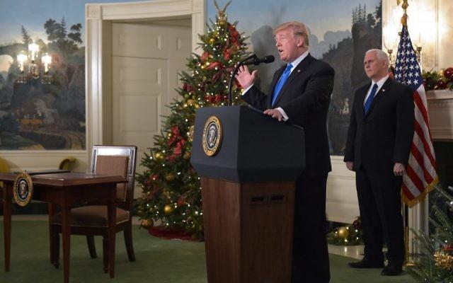 Le président américain Donald Trump durant sa déclaration sur le statut de Jérusalem accompagné de Mike Pence, vice-président américain, dans la salle de réception diplomatique de la Maison-Blanche, à Washington, le 6 décembre 2017 (Madel Ngan / AFP)