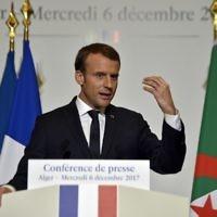 Le président français Emmanuel Macron donne une conférence de presse lors de sa visite à Alger, en Algérie, le 6 décembre 2017 (Crédit : AFP / RYAD KRAMDI / RYAD KRAMDI)