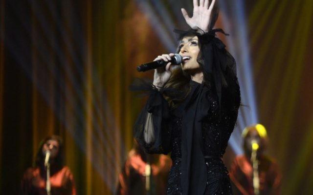 La chanteuse libanaise Hiba Tawaji lors du tout premier concert féminin dans la capitale Riyad au King Fahd Cultural Centre dans la capitale saoudienne Riyad, en Arabie saoudite, le 6 décembre 2017 (Crédit : PHOTO AFP / HAYA AL-SUWAYED)