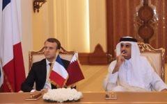 Le président français Emmanuel Macron (à g.) Et l'émir qatari Cheikh Tamim bin Hamad al-Thani (à droite) regardent signer des accords bilatéraux dans la capitale qatarie Doha (Crédit : AFP PHOTO / KARIM JAAFAR)