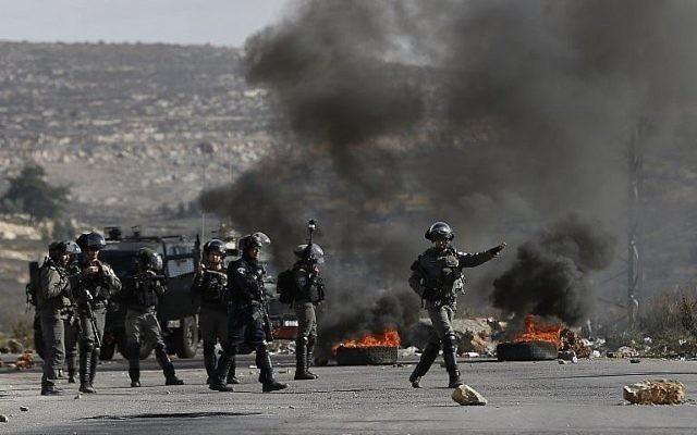 Les forces israéliennes prennent position au cours d'affrontements avec des manifestants palestiniens dans le village de Betunia, près de Ramallah, en Cisjordanie, le 7 décembre 2017 (Crédit : AFP PHOTO / ABBAS MOMANI)