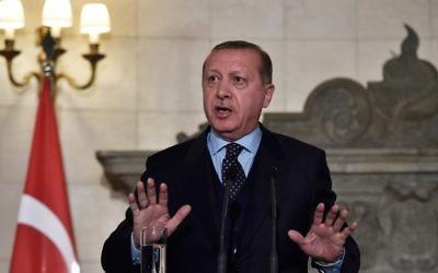 Le président turc Recep Tayyip Erdogan lors d'une conférence de presse à Athènes, le 7 décembre 2017 (Crédit : AFP/Louisa GOULIAMAKI)
