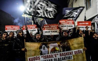 Des manifestants anti-américains et anti-Israël, après la reconnaissance de Jérusalem par Donald Trump, à Istanbul le 7 décembre 2017. (Crédit : AFP/YASIN AKGUL)