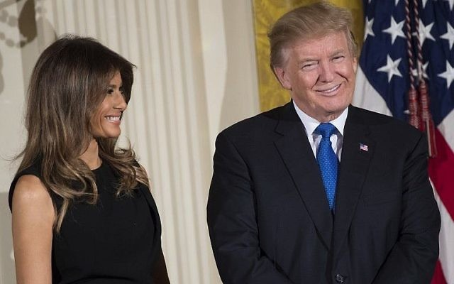 Le président américain Donald Trump et la première dame Melania Trump lors de la réception pour Hanoukka donnée par la Maison Blanche, le 7 décembre 2017 (Crédit : AFP Photo/Saul Loeb)