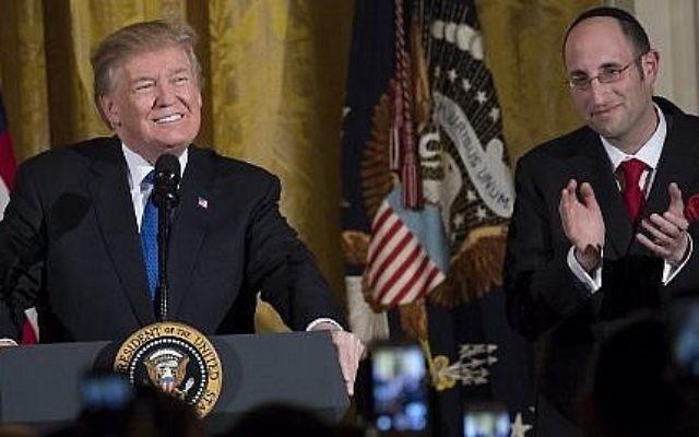 Le président américain Donald Trump s'exprime aux côtés du rabbin Meir Soloveichik, à droite, lors d'une soirée de Hanoukka dans la salle Est de la Maison-Blanche, à Washington, le 7 décembre 2017 (AFP PHOTO / SAUL LOEB)