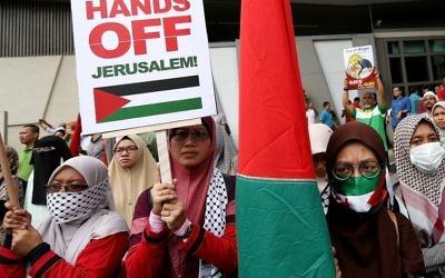 Des musulmans malaisiens protestent contre la reconnaissance de Jérusalem par Donald Trump devant l'ambassade américaine, à Kuala Lumpur, le 8 décembre 2017. (Crédit : AFP)