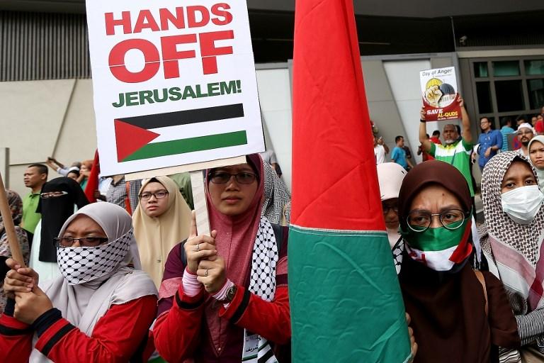 Des musulmans malaisiens protestent contre la reconnaissance de Jérusalem comme capitale d'Israël par Donald Trump devant l'ambassade américaine, à Kuala Lumpur, le 8 décembre 2017. (Crédit : AFP)