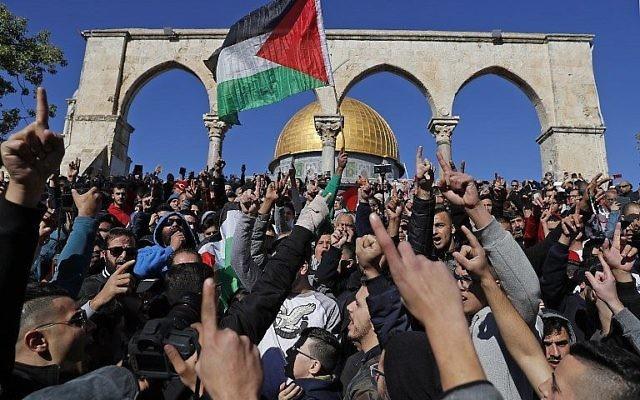 Des fidèles musulmans palestiniens scandent des slogans pendant la prière du vendredi devant le Dôme du Rocher à proximité du complexe de la mosquée Al-Aqsa, dans la Vieille Ville de Jérusalem, le 8 décembre 2017. (Crédit :  AFP PHOTO / Ahmad GHARABLI)