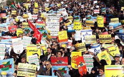 Les manifestants iraniens brandissent des pancartes dénonçant les Etats-Unis et Israël lors d'une manifestation dans le centre de Téhéran après les prières du vendredi 8 décembre 2017 contre la décision du président Donald Trump de reconnaître Jérusalem comme la capitale d'Israël (Crédit : AFP PHOTO / STR)