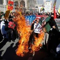 Des manifestants iraniens enflamment un drapeau américain lors d'une manifestation contre la reconnaissance de Jérusalem comme capitale d'Israël, à Téhéran, le 8 décembre 2017. (Crédit : AFP/STR)
