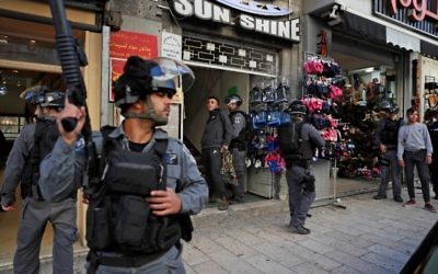 Les forces de sécurité israéliennes arrêtent un manifestant palestinien, le 9 décembre 2017 à Jérusalem-Est (Crédit : AFP/Ahmad Gharabli)