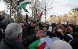 Les manifestants crient des slogans et brandissent des drapeaux palestiniens lors d'une manifestation devant l'ambassade américaine à Rome le 9 décembre 2017, contre la reconnaissance par le président américain Donald Trump de Jérusalem comme capitale d'Israël. (AFP PHOTO / FILIPPO MONTEFORTE)