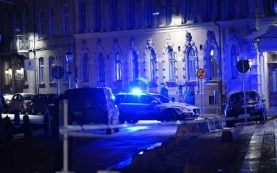 La police arrive après qu'une synagogue a été attaquée lors d'une tentative d'incendie manquée à Gothenburg, en Suède, dans la nuit du 9 décembre 2017 (Crédit : AFP PHOTO / TT News Agency / Adam IHSE)