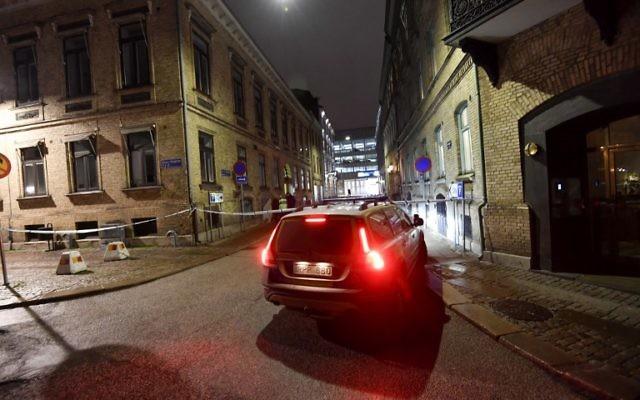 La police arrive après l'attentat contre une tentative d'incendire à Gothenburg, en Suède, le 9 décembre 2017. (Crédit : AFP / TT News Agency / Adam IHSE)