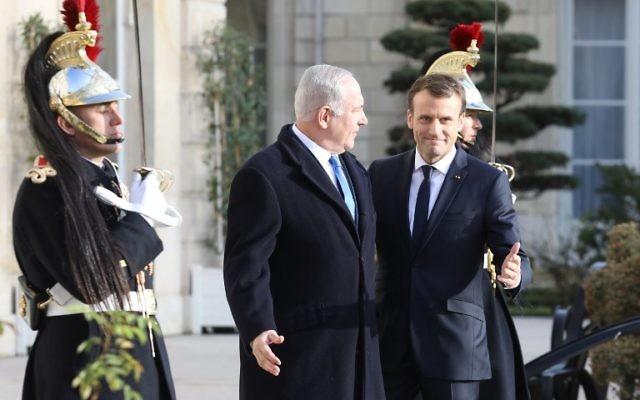 Emmanuel Macron (g) rencontre Benjamin Netanyahu à l'Élysée, le 10 décembre 2017 à Paris. (Crédit : AFP / Ludovic MARIN)