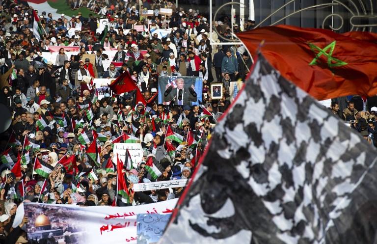 Des manifestants pro-palestiniens brandissent des drapeaux palestiniens et marocains durant une manifestation à Rabat dénonçant la déclaration du président américain Donald Trump reconnaissant Jérusalem comme capitale d'Israël, le 10 décembre 2017 (Crédit : AFP Photo/Fadel Senna)