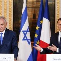 Le président français Emmanuel Macron, à droite, s'exprime lors d'une conférence de presse conjointe aux côtés du Premier ministre  Benjamin Netanyahu suite à leur rencontre au palais de l'Elysée à Paris, le 10 décembre 2017 (Crédit :  AFP/Pool/Philippe Wojazer)