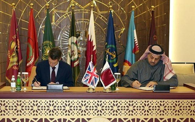 Le ministre de la Défense du Qatar Khalid bin Mohammed al-Attiyah, à droite, signe un accord avec son homologue britannique  Gavin Williamson pour acheter 24 avions Typhoon au Royaume-Uni dans la capitale de Doha, le 10 décembre 2017 (Crédit : AFP Photo/Stringer)