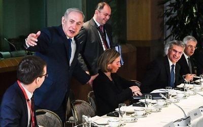 Benjamin Netanyahu rencontre les ministres des Affaires étrangères européens au Conseil de l'Europe, le 11 décembre 2017. (Crédit : AFP /POOL/Geert Vanden Wijngaert)