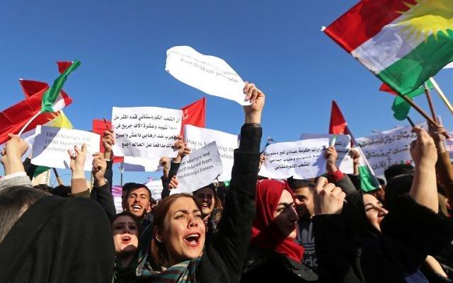Des étudiants kurdes irakiens de l'université Salahddin brandissent des drapeaux turques à Arbil, la capitale de la région autonome du Kurdistan irakien, le 11 décembre 2017. (Crédit : AFP / SAFIN HAMED)