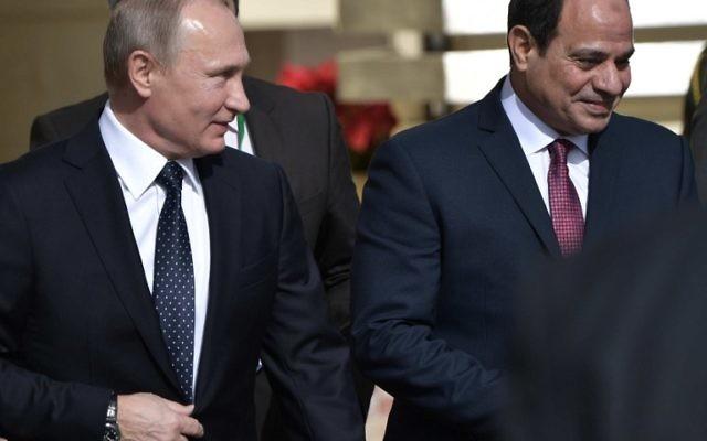 Le président russe Vladimir Poutine et son homologue égyptien Abdel Fattah el-Sissi au Caire, le 11 décembre 2017. (Crédit : AFP/Sputnik/Alexey NIKOLSKY)