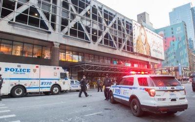 La police et les services d'urgence sur le site d'une explosion à la gare routière de Port Authority, à New York, le 11 décembre 2017. (Crédit : Bryan R. Smith/AFP)