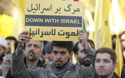 Des manifestants iraniens brandissent des slogans anti-israéliens lors d'une manifestation dans la capitale, Téhéran, le 11 décembre 2017 pour dénoncer la déclaration du président américain Donald Trump de Jérusalem en tant que capitale d'Israël. (Crédit : AFP / ATTA KENARE)