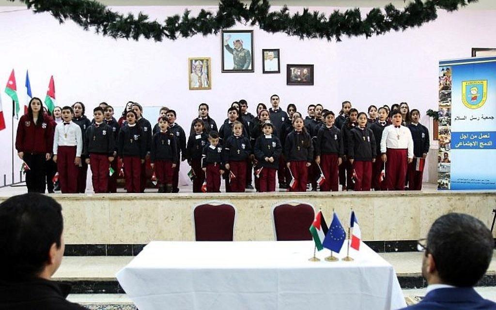 Une chorale d'enfants chrétiens donnée devant l'ambassadeur de France en Jordanie à l'école du Patriarcat latin dans le district de Marka dans la partie orientale de la capitale de la Jordanie, Amman, le 12 décembre 2017. (Crédit : AFP / Khalil Mazraawi)