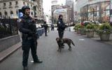 Les policiers new-yorkais patrouillent sur la zone de Herald Square, le 12 décembre 2017, à New York. AFP PHOTO / DON EMMERT