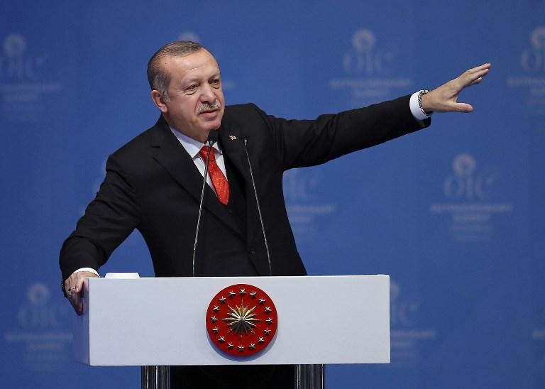 Le président truc Recep Tayyip Erdogan, durant un sommet extraordinaire de l'OCI (Organisation de la coopération islamique) sur la reconnaissance de Jérusalem comme capitale d'Israël, à Istanbul, le 13 décembre 2017. (Crédit : AFP / POOL / EMRAH YORULMAZ)