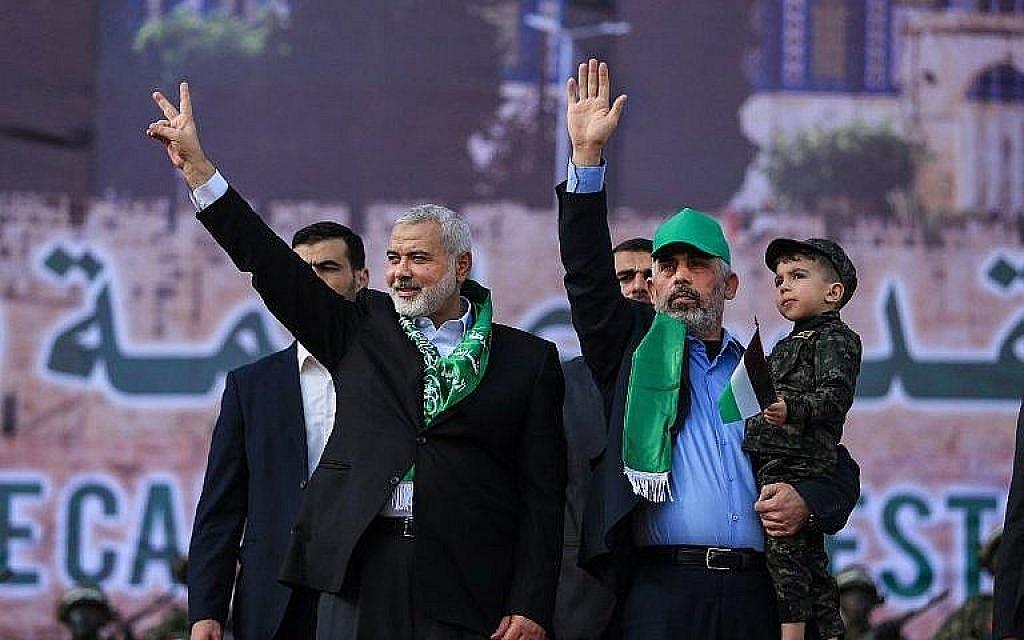 Le chef du Hamas Ismail Haniyeh (G) et le leader du Hamas dans la bande de Gaza Yahya Sinwar assistent à un rassemblement marquant le 30e anniversaire de la fondation de l'organisation terroriste dans la ville de Gaza, le 14 décembre 2017. (AFP Photo/Mohammed Abed)