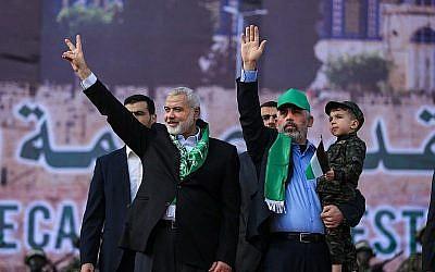 Ismail Haniyeh (g) et Yahya Sinwar, le 14 décembre 2017 (Crédit : AFP/Mohammed Abed)