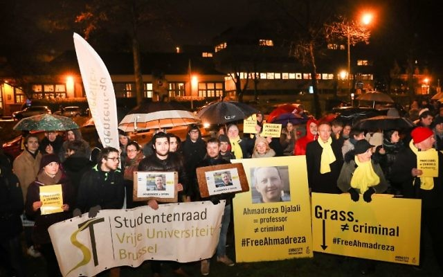 Un rassemblement à l'ambassade iranienne de Bruxelles en soutien à Ahmadreza Djalali près que la cour suprême a maintenu la condamnation à mort de ce ressortissant suédois né en Iran spécialiste de la médecine d'urgence, le 14 décembre 2017 (Crédit : AFP PHOTO / BELGA AND Belga / VIRGINIE LEFOUR)