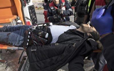 Un Palestinien plus tard reconnu comme Muhammed Aqal, portant un gilet kamikaze présumé, a été transporté dans une ambulance après avoir poignardé un soldat et a ensuite été abattu dans la ville de Bireh en Cisjordanie le 15 décembre 2017. (Oren Ziv / AFP)