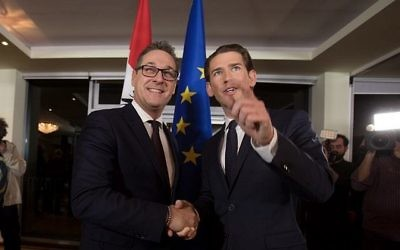 Le futur chancelier autrichien Sebastian Kurz (à gauche) du Parti populaire conservateur serre la main au nouveau vice-chancelier Heinz-Christian Strache du Parti d'extrême droite lors d'une conférence de presse conjointe pour dévoiler leur programme commun, le 16 décembre 2017 à Vienne, Autriche. (Crédit : AFP / ALEX HALADA)