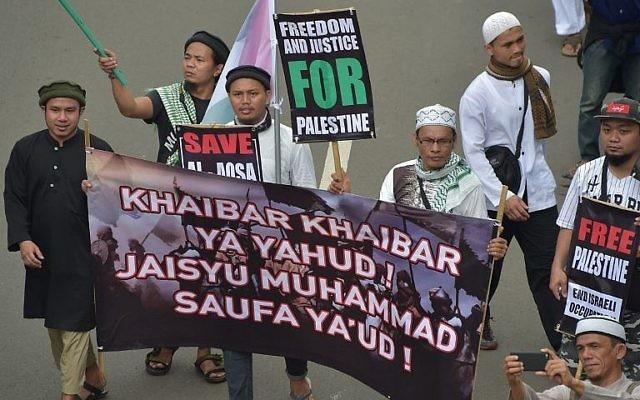 Des Indonésiens participent à une manifestation contre la récente décision du président américain Donald Trump de reconnaître Jérusalem comme capitale d'Israël, devant l'ambassade américaine à Jakarta, le 17 décembre 2017. (Crédit : AFP / Adek Berry)