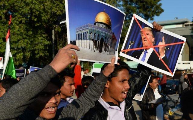 Des musulmans indiens participent à un rassemblement à New Delhi le 17 décembre 2017 à la suite de la décision du président américain Donald Trump de reconnaître officiellement Jérusalem comme capitale israélienne (AFP / Sajjad Hussain)