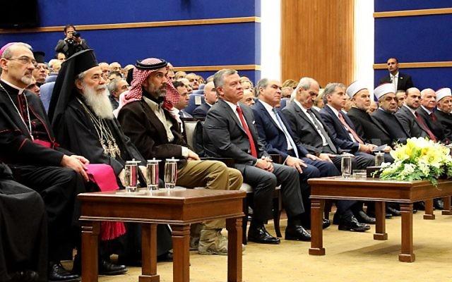 Le roi Abdallah II de Jordanie, 4ème à gauche, lors d'un événement avec les chefs religieux chrétiens de différentes églises au centre de convention du site du baptême en Jordanie, le 17 décembre 2017 (Crédit : AMEL PAIN/AFP)