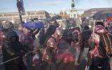Les manifestants tentent de percer les barricades de la police lors de leur manifestation près du palais présidentiel lors de l'inauguration du nouveau gouvernement autrichien à Vienne, en Autriche, le 18 décembre 2017. (Crédit : AFP/JOE KLAMAR)