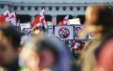 Des manifestants brandissent des bannières dénonçant le futur chancelier Sebastian Kurz et le prochain vice-chancelier du parti d'extrême-droite de la Liberté (FPO) Christian Strache durant une manifestation contre le nouveau gouvernement autrichien aux abords du palais présidentiel durant l'investiture du nouveau gouvernement autrichien à Vienne, en Autriche, le 18 décembre 2017 (Crédit : AFP PHOTO / JOE KLAMAR)